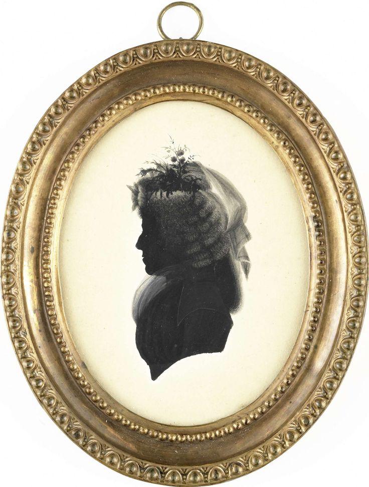 Anonymous | Portret van een vrouw, Anonymous, c. 1790 | Silhouet portret van een vrouw. Buste naar links, met een hoofddeksel met een doek en bloemen. Onderdeel van de collectie portretminiaturen.
