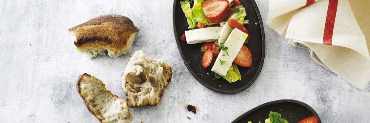 Salat med brie, hjertesalat, jordbær, bagt peberfrugt og hyldeblomstdressing