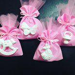 Sacchetti porta confetti confezionati interamente a mano in tessuto di cotone rosa a pois bianchi, con elementi in polvere di ceramica ( tema nascita o battesimo .chiusura con nastro in raso  Un ...