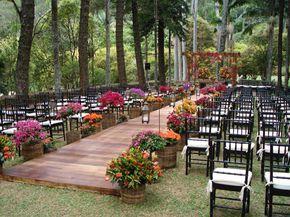 Decor flores do campo laranja, vermelho e roxo em vasos de vime na Decor laranja jantar de casamento na Fazenda Vila Rica
