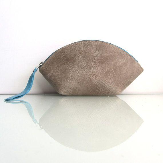 COIN : Une très polyvalent poche fermeture éclair.    Cette poche est pour toute occasion : vous ne quitterez jamais la maison sans lui !  Vous pouvez lutiliser comme un un sac-organisateur, sac cosmétique, trousse, cas de téléphone ou lutiliser comme un sac à main. La conception rend le sac très spacieux, encore compact. Sadapte aussi parfaitement dans la poche de côté de votre sac de golf.    Cette poche  -est faite de cuir de vache de « tirer vers le haut » épais, mais souple dans un…