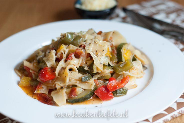 Deze lasagnette in groentesaus is het favoriete pastagerecht van manlief. Maar ook ik word er blij van: alles wordt namelijk bereid in één pan!