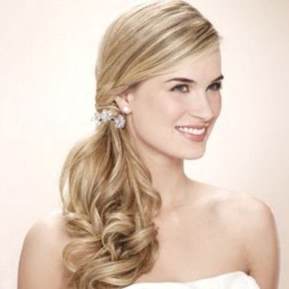 Look Glamorous In Side Ponytail Hairstyles