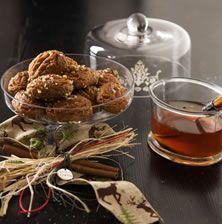 Κλασσικά σιροπιασμένα και πολύ νόστιμα μελομακάρονα που θα λατρέψετε φέτος τα Χριστούγεννα. Μπορείτε να τους φτιάξετε μικρά σχεδιάκια στην επιφάνεια τους αν τα πιέσετε επάνω σε μια ξύστρα τυριού
