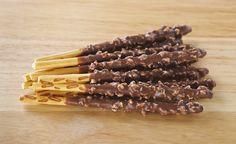 Mikado maison 200g de farine 100g de sucre 75g de beurre 1 oeuf 1 pincée de bicarbonate de soude Chocolat pâtissier Éclats de noisettes