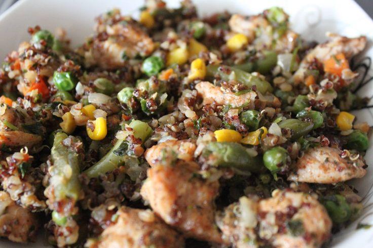 PILAW z komosy ryżowej i kaszy gryczanej. Przepis: 1/4 szklanki komosy; 1/4 szklanki ugotowanej kaszy; 120 g indyka przyprawionego ulubionymi przyprawami, garść groszku, trochę kukurydzy i zielonej fasolki szparagowej, 1 cebula.  cebulę z indykiem podsmażyć na oleju kokosowym, dodać ugotowaną kaszę i komosę, dusić 7 min, dodać ugotowane na półtwardo warzywa i dusić około 10 min, doprawić do smaku.