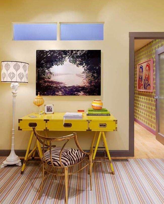 Письменный стол (47 фото): как выбрать хороший стол для работы http://happymodern.ru/pismennyj-stol-44-foto-kak-vybrat-xoroshij-stol-dlya-raboty/ Желтый стол с выдвижными ящиками - практично и нарядно Смотри больше http://happymodern.ru/pismennyj-stol-44-foto-kak-vybrat-xoroshij-stol-dlya-raboty/