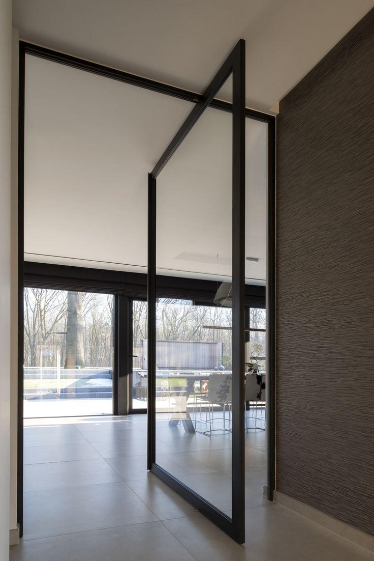moderne stalen taatsdeur van Anyway Doors, zonder inbouwdelen in de vloer. #taatsdeur #taatsdeuren