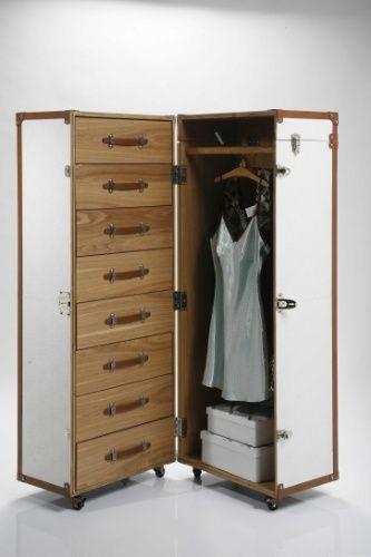 O baú White Cosmopolitan, da Kare (www.kare-saopaulo.com.br), é fabricado em couro ecológico, MDF e metal. No interior, gavetas e espaço para pendurar cabides, como em um guarda-roupa. O móvel (145 cm por 62 cm por 56 cm) pode ser comprado por R$ 8.386 | Preços pesquisados em setembro de 2012 e sujeitos a alterações