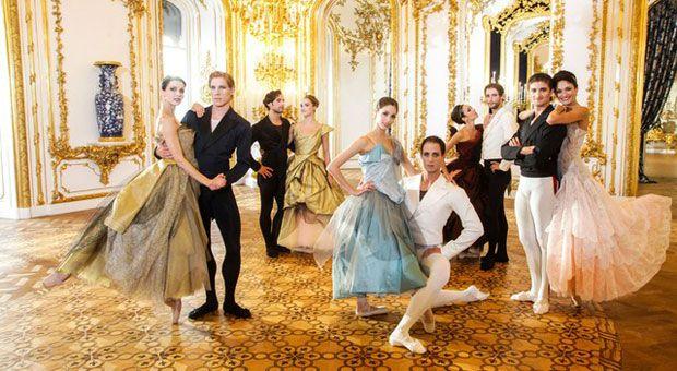 Vivienne Westowood a 72 anni è più attiva che mai e l'ultima sua impresa sarà quella di creare gli abiti per il Balletto di Stato di Vienna.