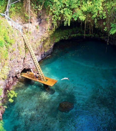 Sua Ocean Trench est une piscine naturelle cachée dans l'archipel de Samoa en Polynésie