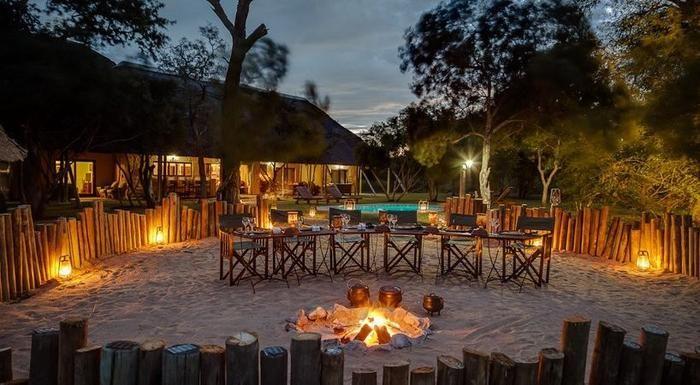 Lyk die vuurtjie by Manor House At Safari Tintswalo, Kruger Wildtuin, nie heerlik nie?