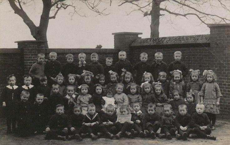 Schoolklas van de bewaarschool (meisjes en jongens) in Haaren, rond 1926. (fotocollectie BHIC)