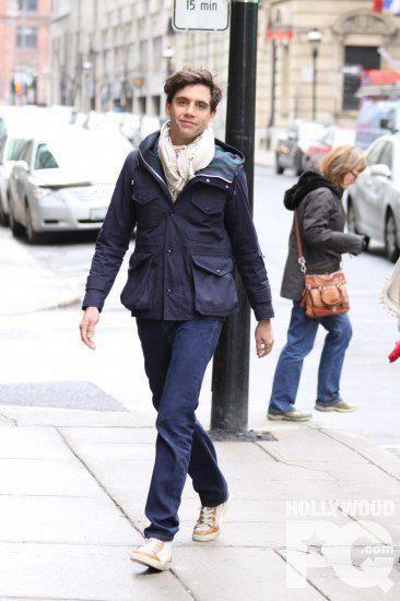Mika andando tranquilamente por la calle con esa carita :3