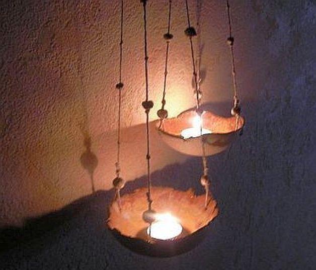 Rundes Windlicht zum Hängen, mittlere Größe.  Das Windlicht ist innen goldbraun glasiert und außen mit Manganoxid naturfarben eingefärbt. Es hängt an 3 Stricken, die mit Tonkügelchen verziert...
