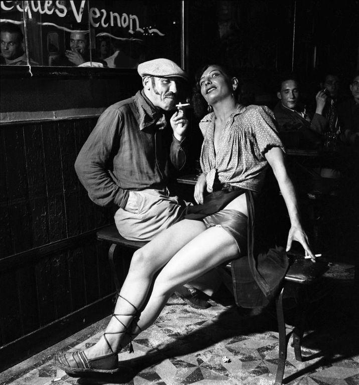 Dans un bar de Pigalle, «un apache» et sa protégée, Paris, 1938.  Exposition Emile Savitry à la Maison de la photographie Robert-Doisneau