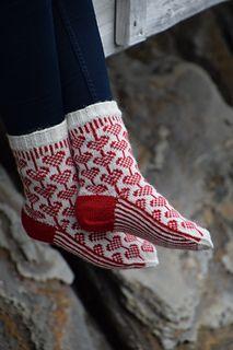 Inneholder mønster på sokker og votter i flere størrelser.