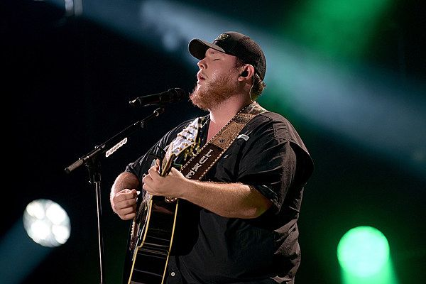 Luke Combs Debuts Unfinished New Song Dear Today In Concert Watch Concert Luke News Songs