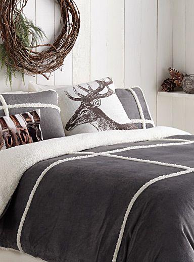 Exclusivité Simons Maison     C'est le grand confort avec une allure chic pour décorer la chambre à coucher avec une riche texture veloutée réversible sur une peluche qui recrée l'aspect ultra souple, chaud et incroyablement doux d'une véritable peau de mouton.      L'ensemble comprend :   Jumeau : 1 housse 66x90 pouces, 1 cache-oreiller 20x26 pouces  Double : 1 housse 84x90 pouces, 2 cache-oreillers 20x26 pouces  Grand format : 1 housse 90x95 pouces, 2 cache-oreillers 20x30 pouces  Très…