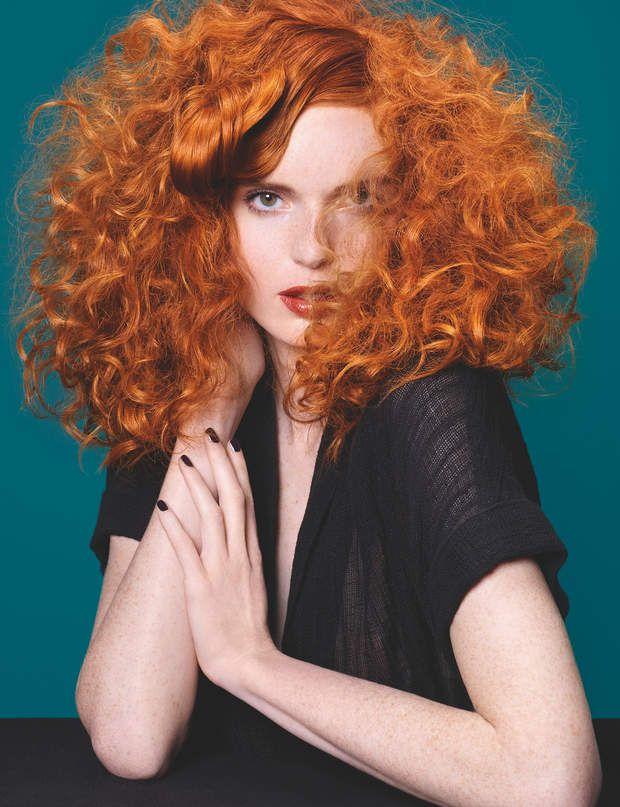 Dynamiser votre chevelure Rien de mieux qu'une couleur intense pour mettre vos boucles en valeur. Le bon ton : un roux flamboyant, aussi flashy que sexy, qui donne encore plus de ressort à la chevelure. Pour un maximum de relief, préférez un effet légèrement méché, plutôt qu'une coloration uniforme.