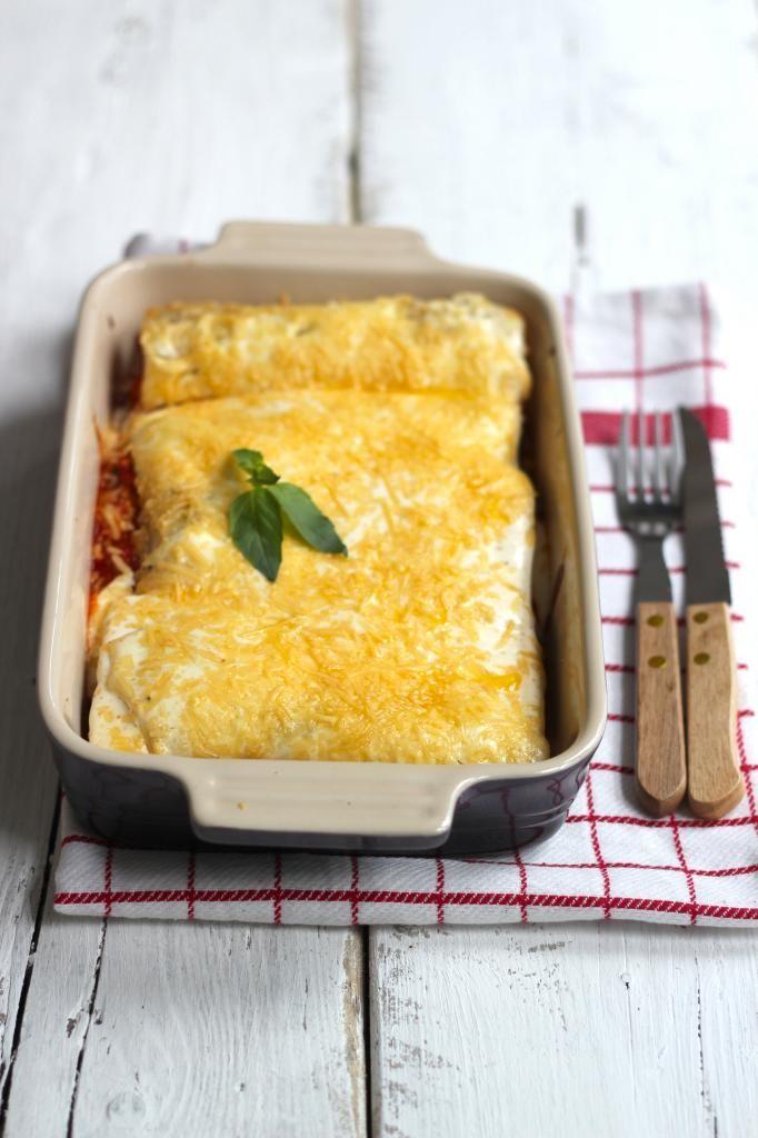 ijd de kipfilet in stukjes, net zoals de paprika, het uitje en het teentje knoflook. Giet een scheutje olie in een pan en bak het uitje met ...