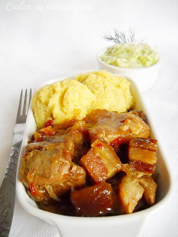 INGREDIENTE:1 bucata ciolan porc crud,400 g piept de porc afumat,5 bucati rosii decojite,7-8 bucati ceapa,4-5 catei usturoi,150 ml vin alb demisec,1/2 lingurita nucsoara macinata,sare,piper macinat,75 ml ulei(sau 1 lingura cu untura de porc), PREPARARE:Ciolanul il perpelim la flacara sa ne asiguram ca nu a mai ramas pe el par, il spalam dupa care il dezosam
