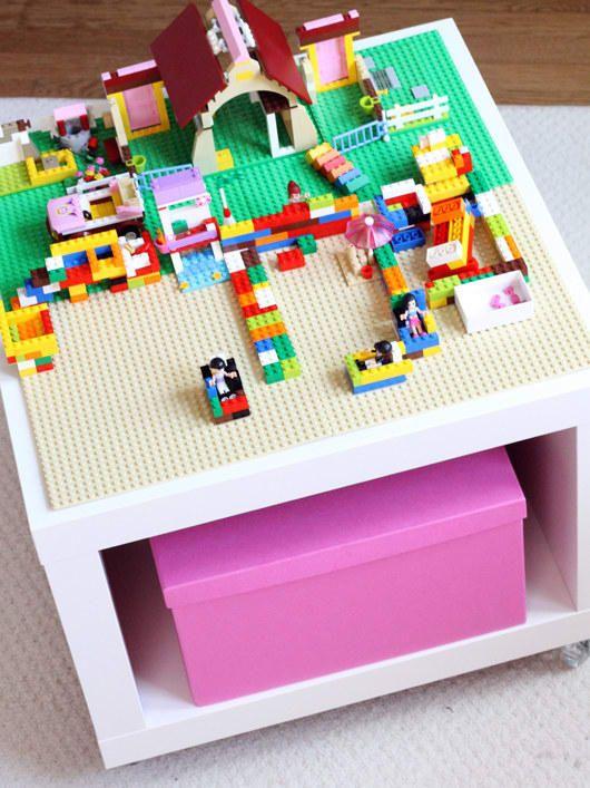 Bemal ihn zum Beispiel mit Tafellack für endlose Kritzeleien. Den Lego-Tisch findest du bei The Decorated Cookie.