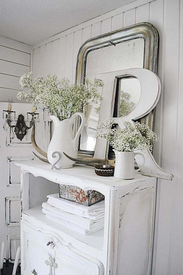 Design ideas from www.thedormyhouse.com An all-white scheme with tons of natural texture will always feel fresh and beach-friendly. Add a spray of wild flowers to give it an indoor-outdoor appeal. #florals #country