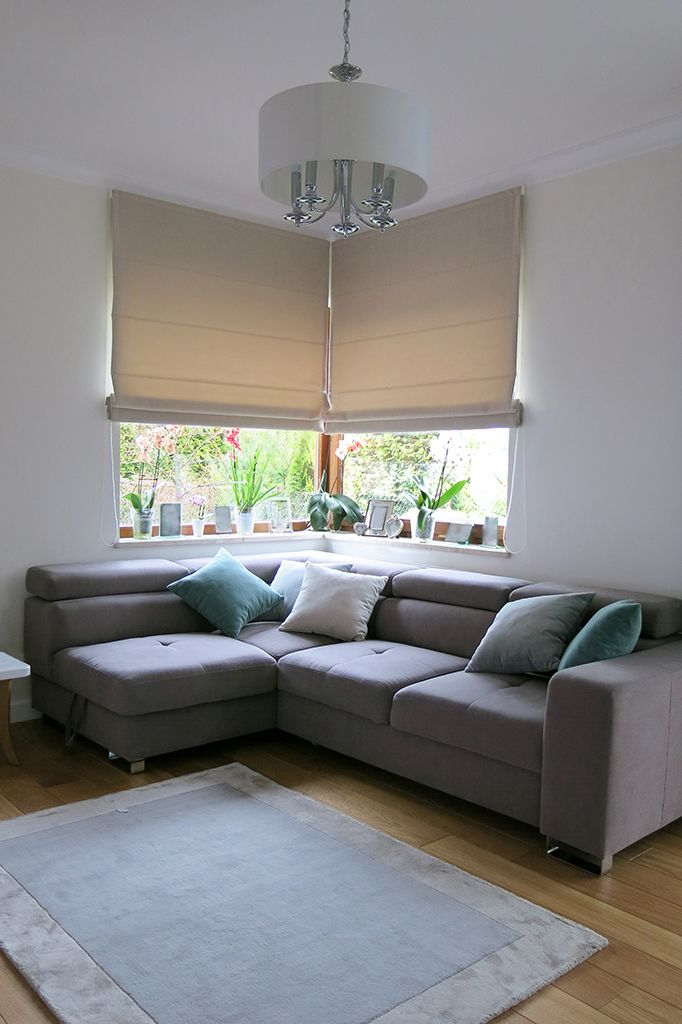 Realizacja: #styleathomepl #salon #roleta #roletarzymska #tkanina #tkaninydekoracyjne #dekoracje #dekoracjeokienne #narożneokna #aranżacje #szycienazamówienie #szycie #szycienamiare #projekt #okna #wnetrza #projektowanie #styl #warszawa  #blinds #romanblinds #livingroom #interior #interiordesign #window #fabric #home #homedecor