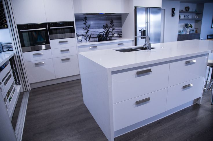 Powell kitchen featuring Caesarstone Frosty Carrina and cabinetry in Melteca Alaskan in Puregrain finish