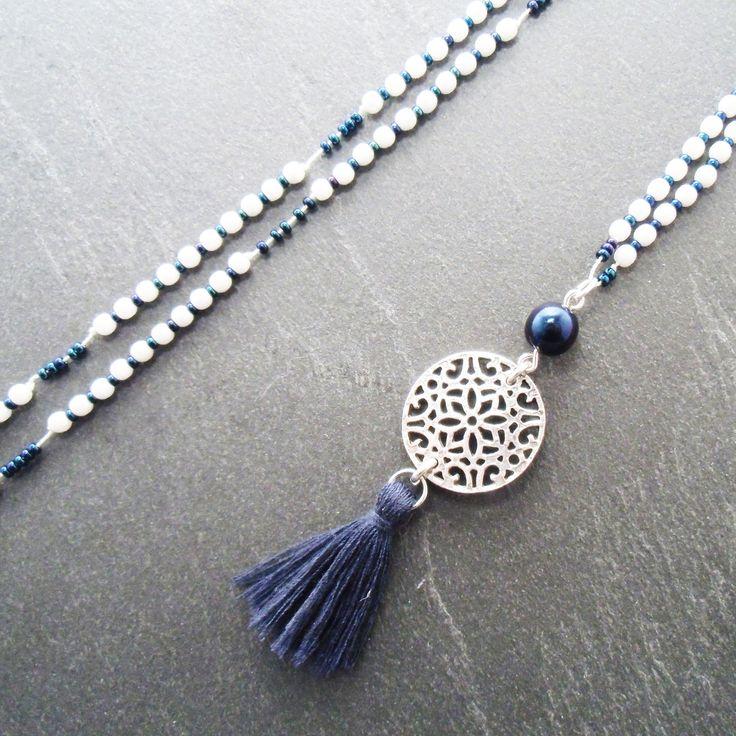 Sautoir ethnique blanc bleu argent pendentif arabesque pompon