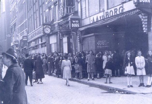Lange rijen voor het warenhuis van Van der Borg aan de Broerstraat. De foto is waarschijnlijk in de Tweede Wereldoorlog gemaakt.