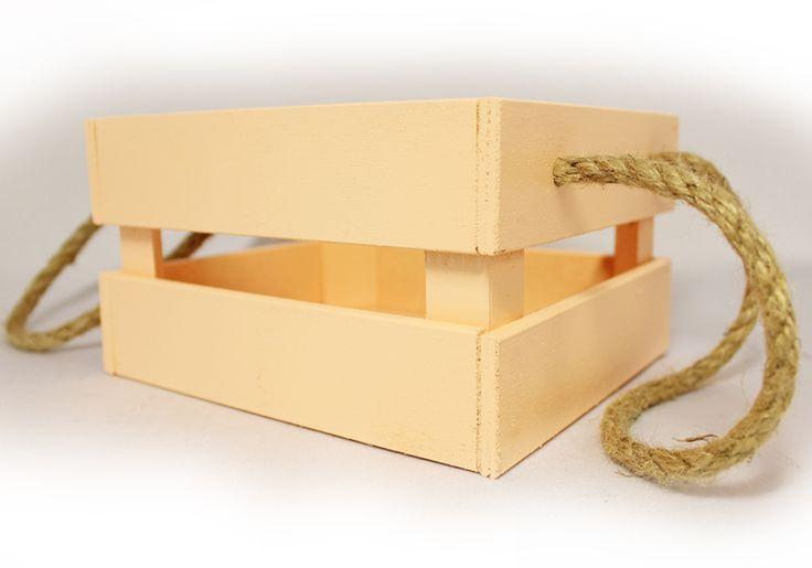 Ящичек с подвесными ручками из шпагата может стать отличным местом для хранения домашних мелочей и предметов личного обихода. Так же такой ящик можно использовать для упаковки подарочных цветочных композиций и икебан. Дно ящика выполнено из древесноволокнистой плиты, а боковые стороны из шестимиллиметровой фанеры. Углы укреплены с помощью бруса. Ящик окрашен водоэмульсионной краской цвета Шампань.