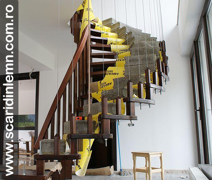 montaj greutati pe scara interioara din lemn cu trepte de lemn suspendate pe corzi pret