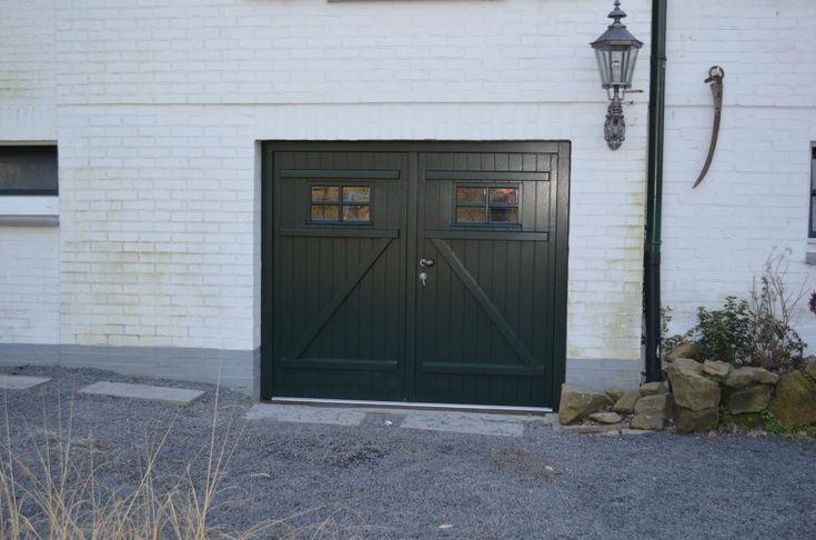 """Openslaande houten garagedeuren model """"Bad Bentheim"""" Dit model hebben wij in 2013 in Bad Bentheim in Duitsland geplaatst. Deurdikte 68mm Dark Red Meranti Links of rechts openslaand (van buiten gezien) Symmetrische verdeling en naar binnen draaiend Voorzien van een zeer hoogwaardige isolatiekern Rubber tochtkader in zowel de deuren als het kozijn gefreesd Volledige deur voorzien …"""