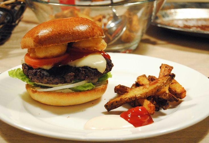 En af mine absolut yndlingsretter må simpelthen være burgere – gerne den snaskede af slagsens som kan spises uden kniv og gaffel. Her i Århus popper det frem med nye burger restauranter for tiden, hvilket jeg bestemt ikke klager over. Men den hjemmelavede udgave er altså vinderen– lækre blødebrioche burgerboller, saftig bøf med ost, hjemmelavet …Read more...