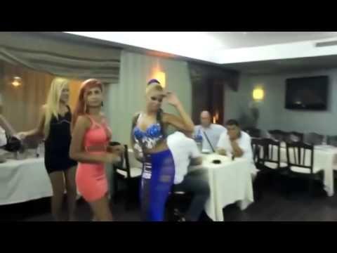 Шикарные цыганки танцуют в ресторане .Она показала всем.