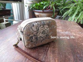 这两个钱包都是做给家里的长辈的,所以选了这片朴素的棉麻布,沉稳的褐色底布,配上典雅的玫瑰花,很耐看的一款布,我非常喜欢。(当初网购时,也想不到实物原来比照片好看!)   双拉链包包是第二次做,或许是这次的方法比教好缝,比起第一个 双拉链小包 ,这个明显的有了进步;也或许是累...