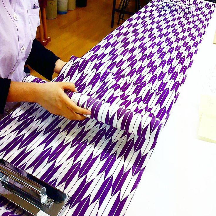 1年目の研修生は今、自分の制服作ってます。 衣替えまでに完成させてね!! #東亜和裁 #和裁 #和裁士 #制服 #矢絣 #単着物