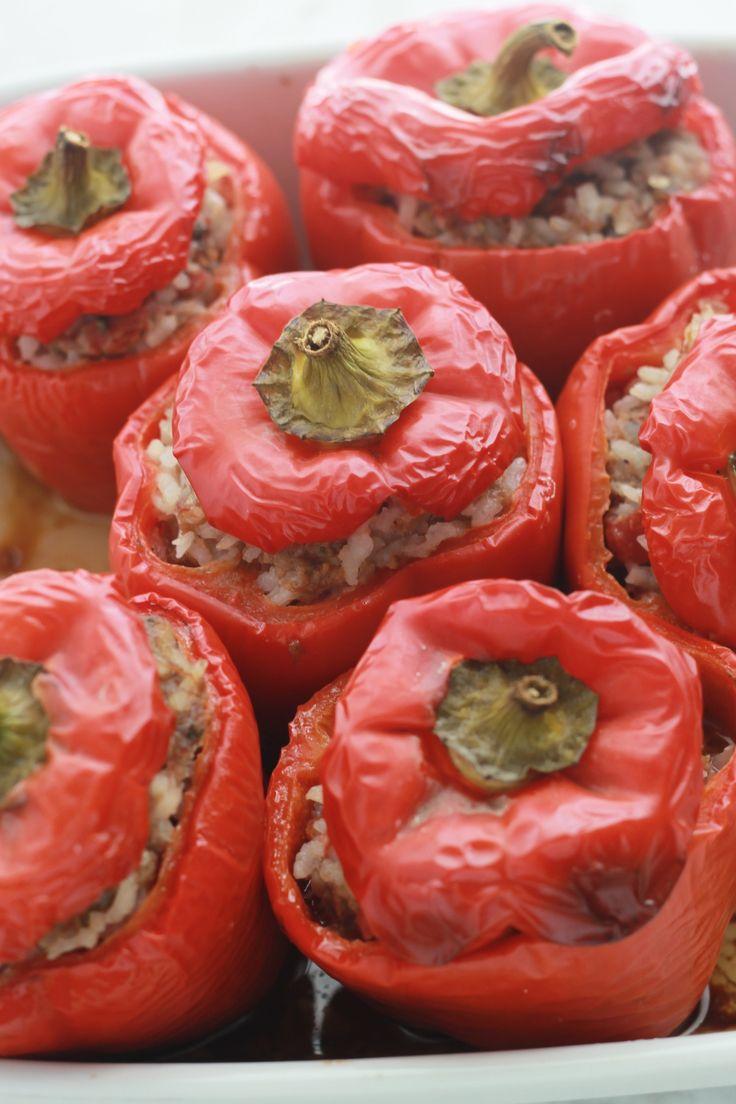 Ma fille adore les poivrons rouges farcis au boeuf et au riz. C'est un plat principal savoureux, économique et très facile à préparer.