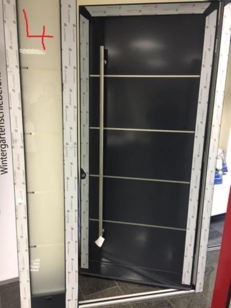 Wir verkaufen unsere Ausstellungstüren und Mustertüren sowie Türen aus Überproduktion für Kunden da wir unsere Ausstellung in Bielefeld umbauen und erweitern. Die Türen können sofort in unserem Betrieb in Bielefeld besichtigt und abgeholt bzw.mitgenommen werden.Breite: 1470 mm Blendrahmen AussenHöhe: 2320 mm Blendrahmen AussenProfil: Aluprof 70 mmDrehrichtung: DIN LinksFarbe: aussen: RAL 7016 Innen: RAL 9016Modell: Temo Seitenteil ( Sondermodell )Verglasung: 2-fach Sandstrahlmotivweitere…
