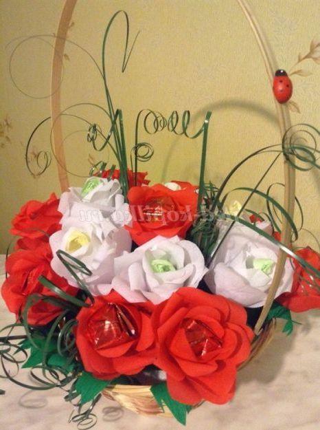 Квіти з цукерок і гофрованого паперу. Майстер-клас Троянди