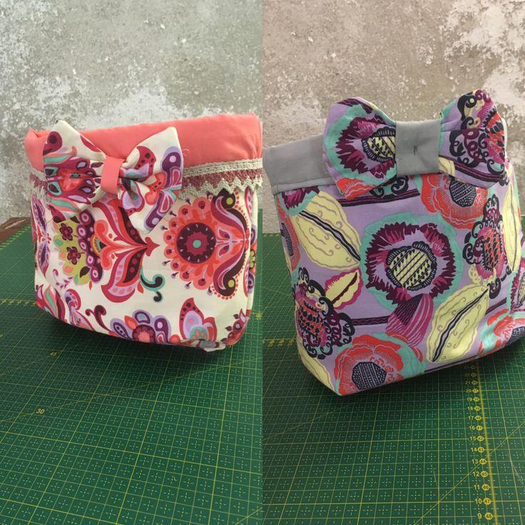 Buongiorno ragazze, Rieccomi con un tutorial di cucito creativo, un progetto realizzato ieri da Patrizia al corso con le stoffe americane: un bel portaoggetti in stoffa, che si adatta a ogni esigen…