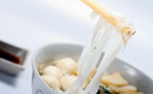 Prós e contras da dieta do miojo milagroso. Entenda as vantagens e desvantagens de usar o macarrão japonês sem carboidratos e com pouquíssimas calorias para emagrecer.
