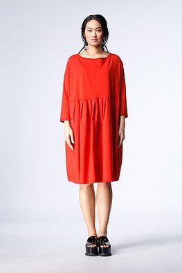"""Kleid Nelma - Ein OSKA Kleid mit Wow-Effekt. Von der hochgezogenen Taille abwärts sorgen kleine Falten dafür, dass das Rockteil """"swingt"""" und in Bewegung ist. Schmale ¾ Ärmel und ein breiter Ausschnitt verstärken den femininen, mädchenhaften Charakter dieses Kleids."""