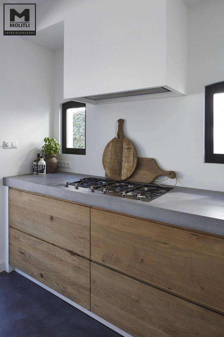 Idea cucina in muratura moderna con il top in resina, cassetti e sportelli in rovere grezzo - stupendo progetto, semplice e moderno