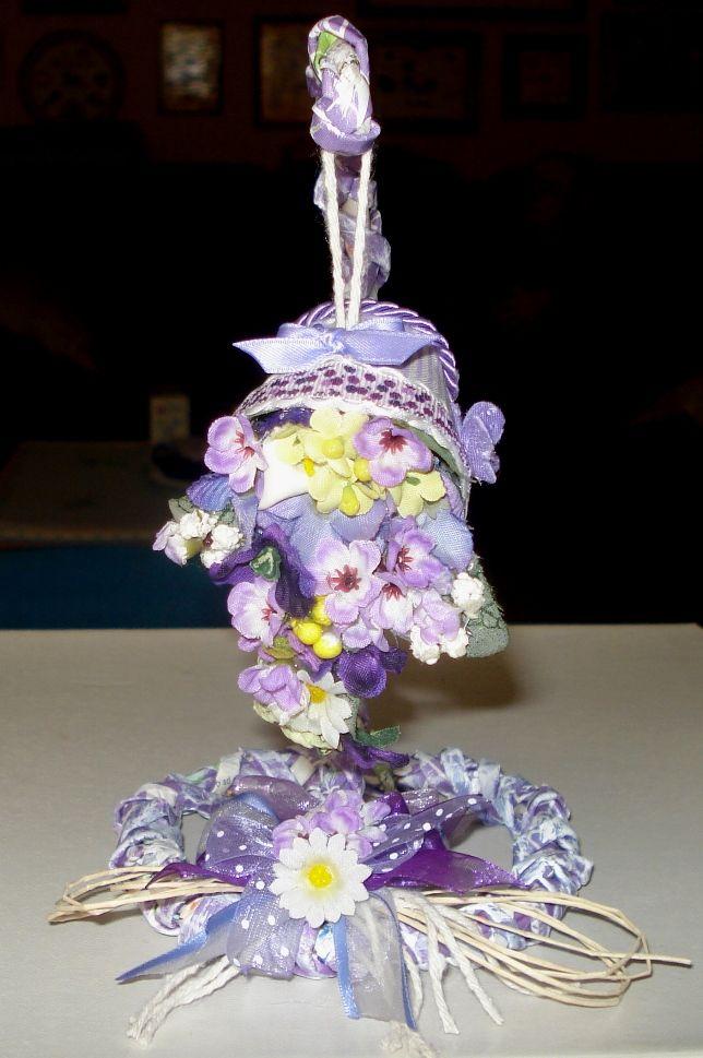 Supporto per cestino di fiori, realizzato con cannucce di carta.