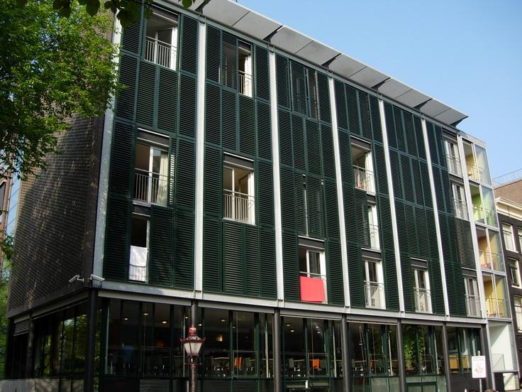 La Maison Anne Frank est un musée consacré à l'écrivaine. Elle, sa famille et quatre autres personnes s'y sont cachées, dans des chambres à l'arrière du bâtiment dont l'entrée était cachée par un passage secret. I Erasmusez-vous à Amsterdam https://www.facebook.com/ma.caisse.epargne.normandie#!/ma.caisse.epargne.normandie/app_159166830947571