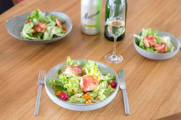 Salat mit Ziegenkäse im Speckmantel Heute gibt es einen Evergreen mit Pfiff: Salat mit Ziegenkäse im Speckmantel. Frischer Salat mit knackigem Gemüse trifft auf würzig-knusprigen Speck und pikante Cremigkeit. Dabei darf eine köstliche Vinaigrette mit einem Spritzer Mumm Sekt nicht fehlen. Wir liefern das Rezept für eine prima Vorspeise für das Weihnachtsmenü oder eine schnelle