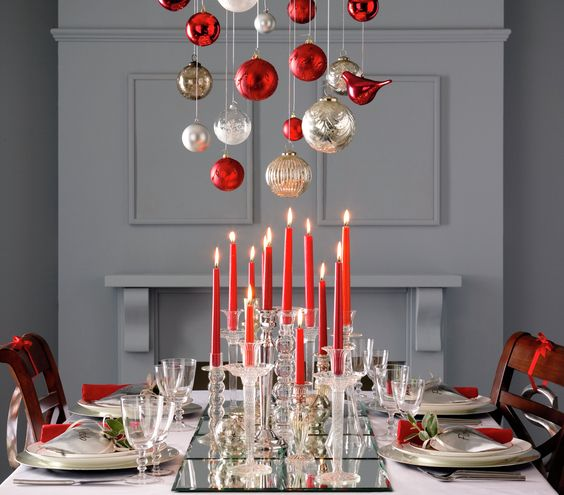 Festive dining room decor for the holidays with a glamorous edge #holidays #decorating #tablesetting